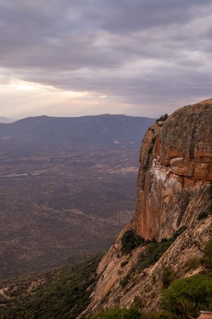 Tiro vertical de um pico de montanha sob o céu nublado capturado no quênia, nairobi, samburu Foto gratuita