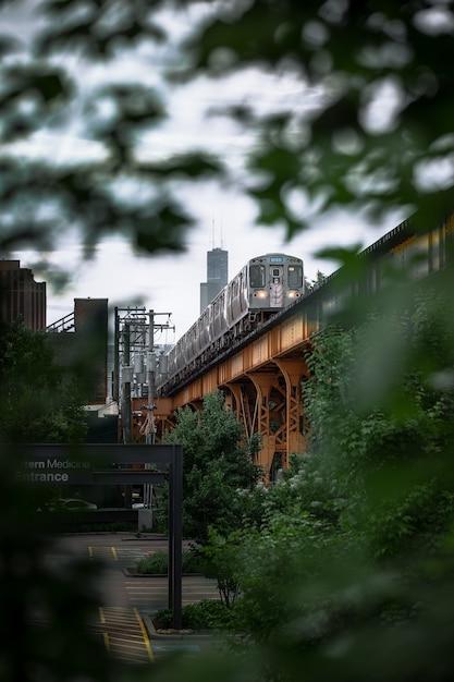 Tiro vertical de um trem na ponte Foto gratuita