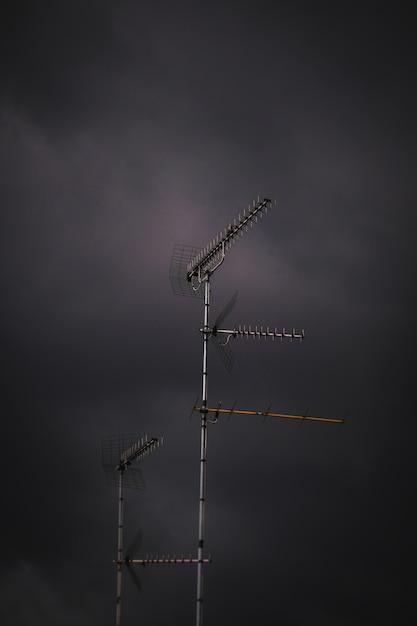 Tiro vertical de uma antena no tempo tempestuoso Foto gratuita