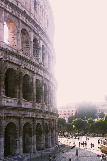 Tiro vertical do grande coliseu romano em um dia ensolarado Foto gratuita