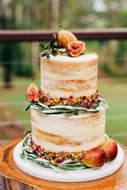 Tiro vertical seletivo closeup de um bolo decorado com figos e nozes Foto gratuita