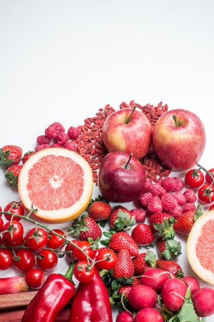 Tiro vibrante de frutas vermelhas e vegetais em um fundo branco Foto gratuita
