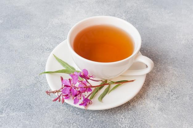 Tisana útil do fireweed das folhas fermentadas na superfície cinzenta. chá tradicional de koporye do russo ivan chai copie o espaço. Foto Premium
