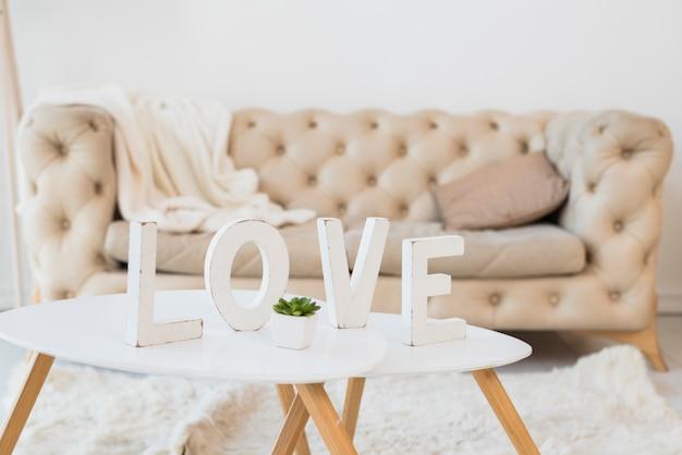 Título de amor na mesa no quarto Foto gratuita