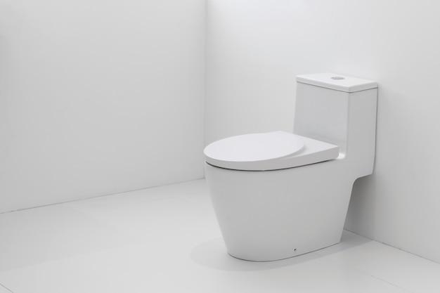 Toalete nivelado branco no banheiro branco. Foto Premium