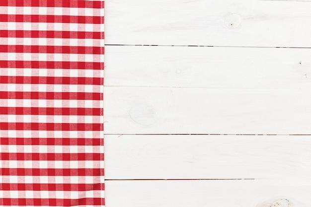 Toalha de cozinha quadriculada vermelha na mesa de madeira branca Foto Premium
