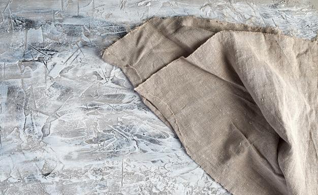 Toalha de cozinha vintage cinza muito antiga em fundo de cimento cinza Foto Premium