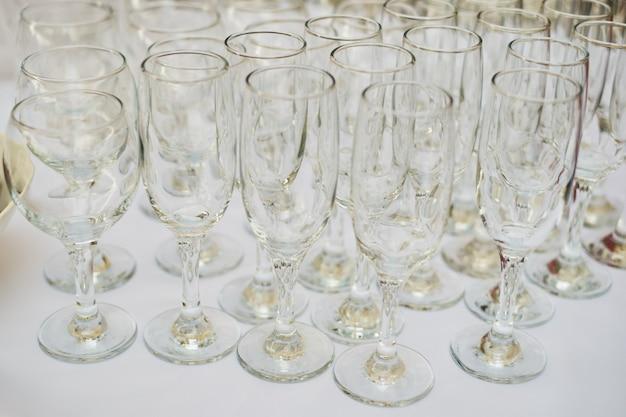 Toalha de mesa de vidro branco de mesa de buffet de copos vazios Foto Premium