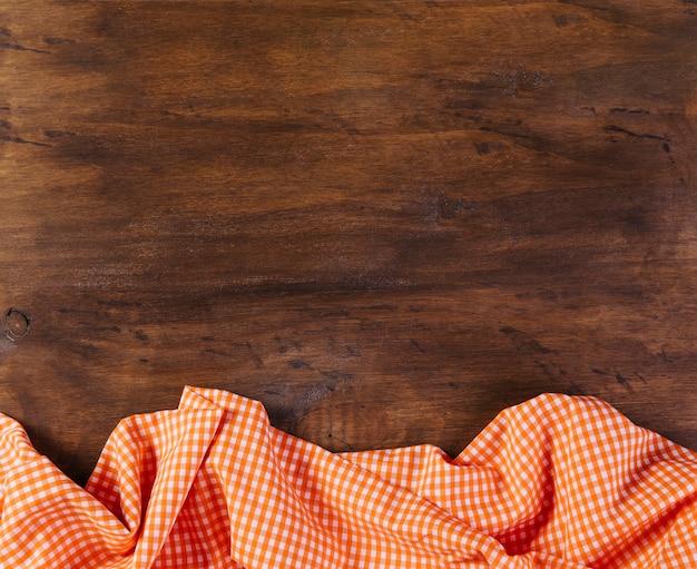 Toalha de mesa em fundo de madeira Foto gratuita