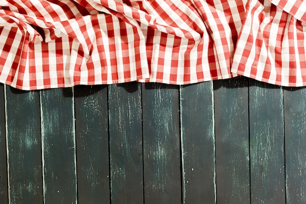 Toalha de mesa na mesa de madeira preta Foto Premium