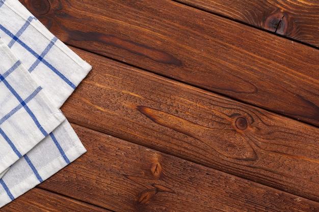 Toalha de mesa quadriculada na mesa de madeira Foto Premium