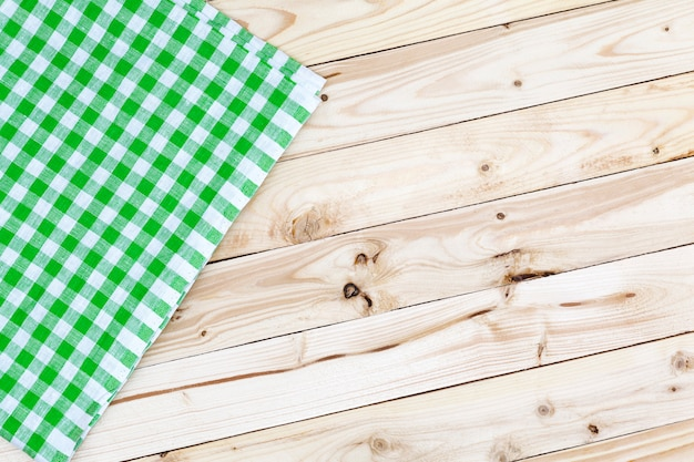 Toalha de mesa quadriculada verde na mesa de madeira Foto Premium