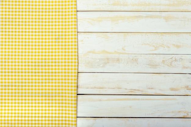 Toalha de mesa têxtil em fundo de madeira Foto Premium