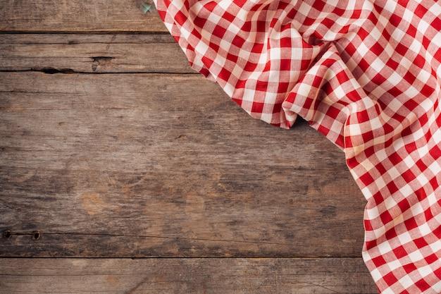 Toalha de mesa vermelha em fundo de madeira velha Foto Premium