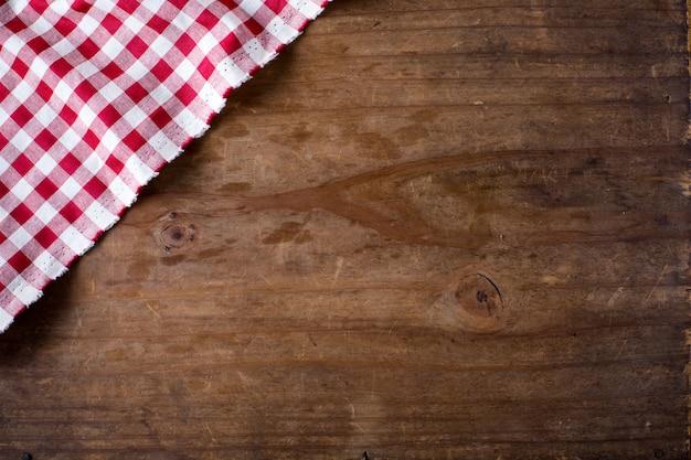 Toalha de mesa vermelha em fundo de madeira Foto Premium