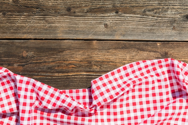 Toalha de mesa vermelha na mesa de madeira Foto gratuita