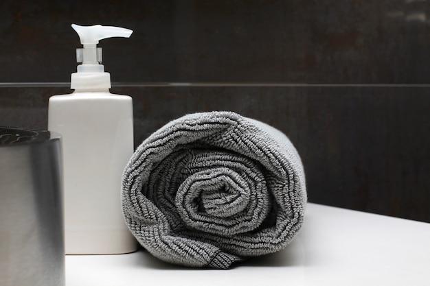 Toalha e sabão interior de casa de banho de luxo Foto Premium