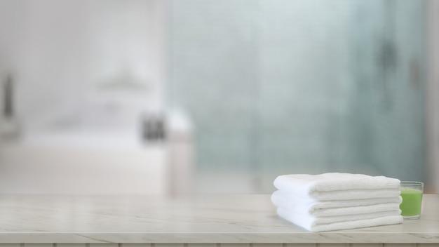 Toalhas brancas no balcão de madeira no banheiro moderno Foto Premium