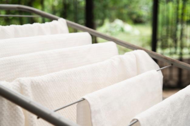 Toalhas brancas que secam no clotheshorse Foto gratuita