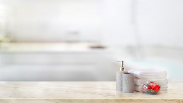 Toalhas com xampu de cerâmica e frasco de sabão no balcão de mármore e cópia espaço Foto Premium