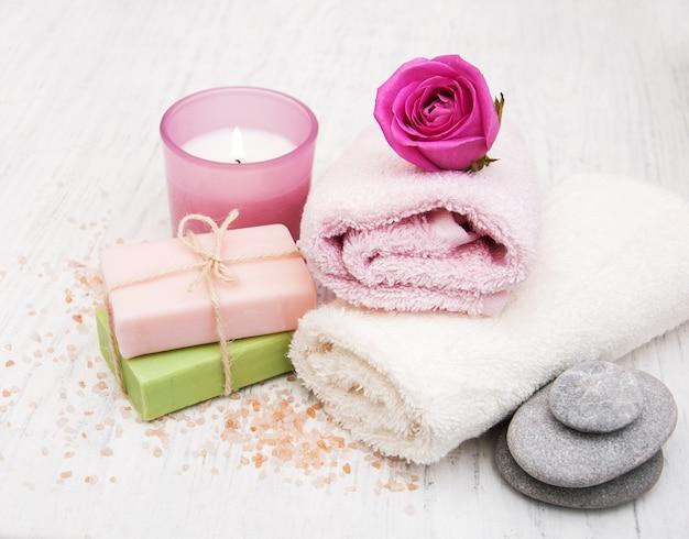 Toalhas de banho com rosas cor de rosa Foto Premium