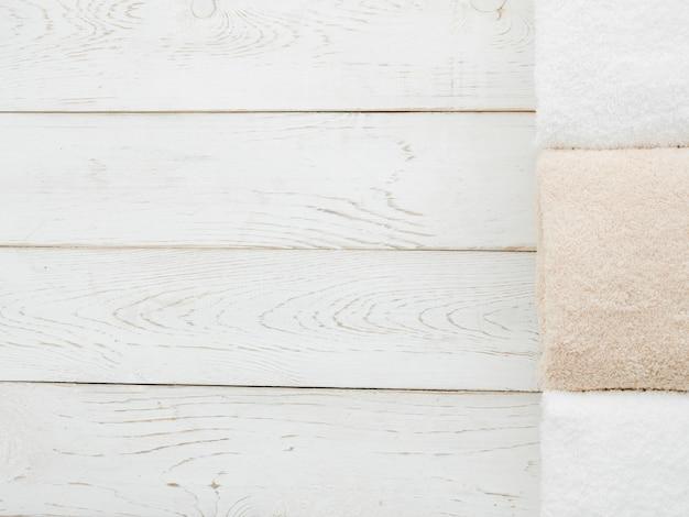 Toalhas de vista superior em fundo de madeira com copyspace Foto gratuita