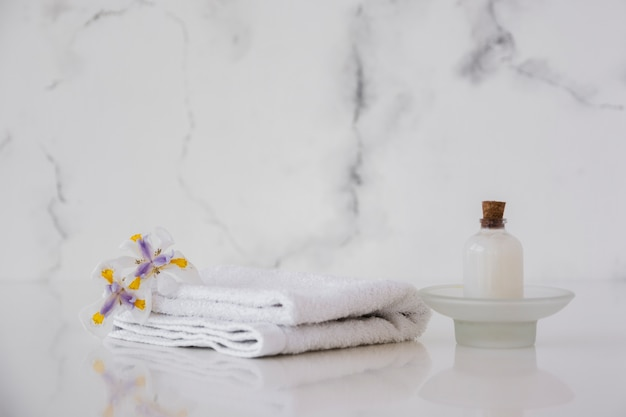 Toalhas e gel de banho na mesa com espaço em mármore de fundo e cópia Foto gratuita