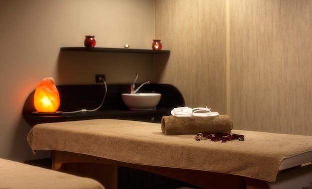 Toalhas em uma cama de spa Foto Premium