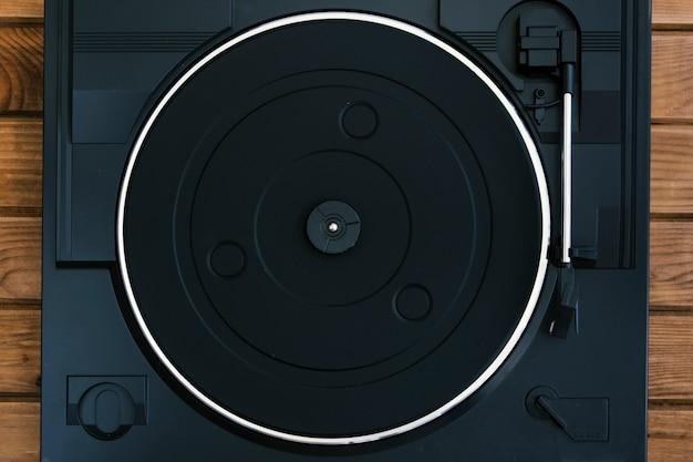 Toca-discos vintage na mesa de madeira Foto gratuita