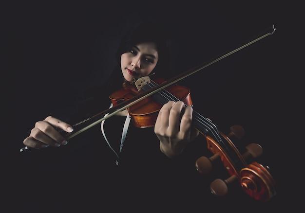 Tocando o violino Foto gratuita