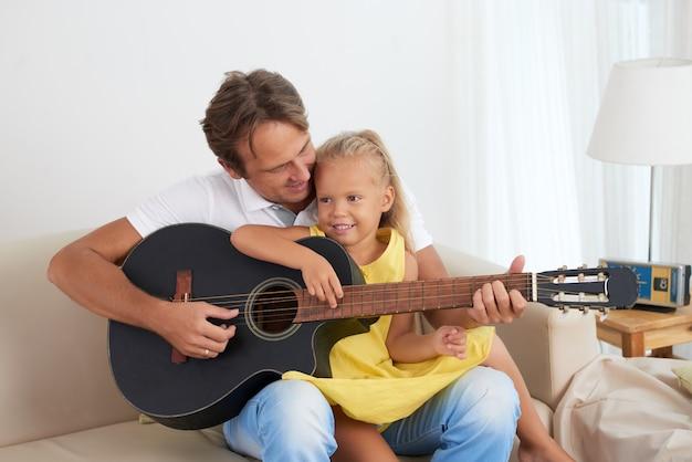 Tocando violão juntos Foto gratuita