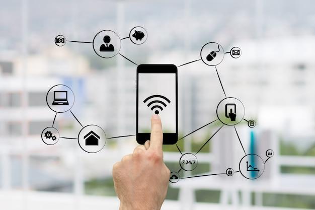 Tocante do dedo de um telefone com wi-fi Foto gratuita