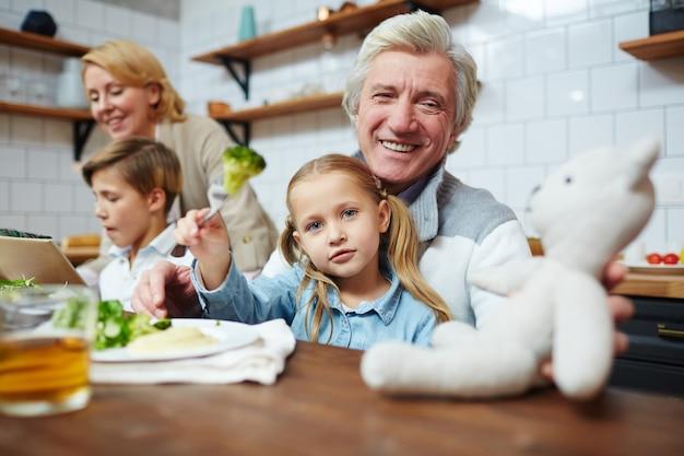 Tocar no jantar Foto gratuita