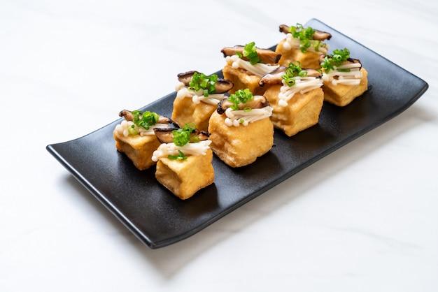 Tofu grelhado com cogumelo shitake e cogumelo agulha dourada Foto Premium