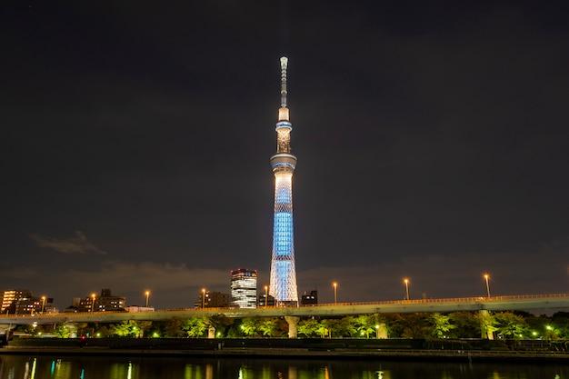 Tokyo skytree à noite no japão Foto gratuita
