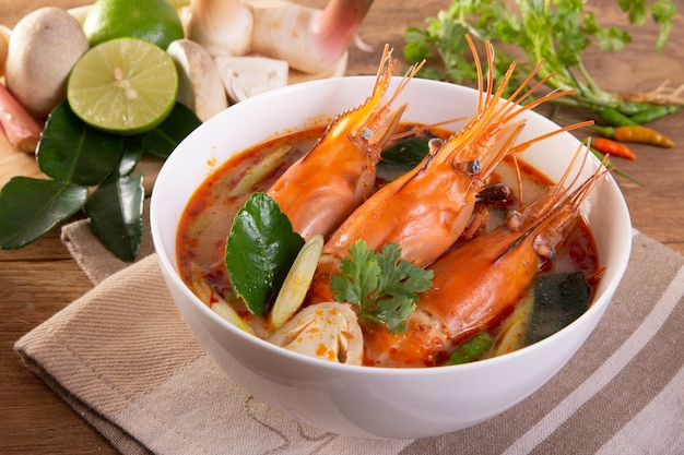 Tom yam kung é uma sopa clara e apimentada típica da tailândia Foto Premium