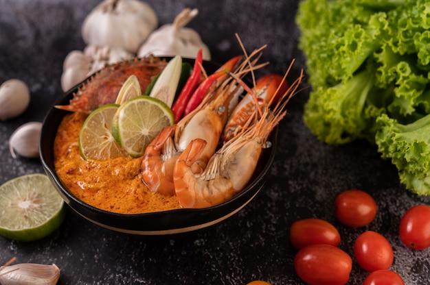 Tom yum com camarão e caranguejo com limão, pimenta, tomate, alho, capim-limão e folhas de limão kaffir. Foto gratuita