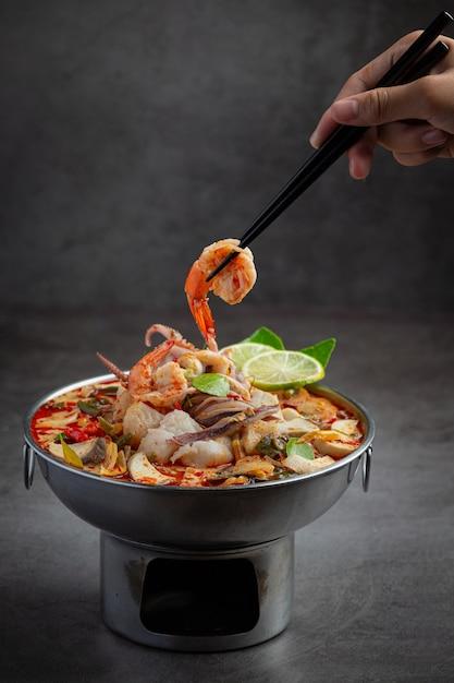 Tom yum misturou frutos do mar em sopa espessa, panela quente, comida tailandesa picante. Foto gratuita