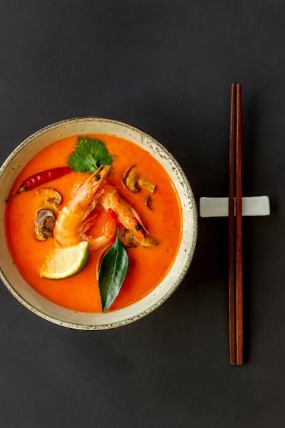 Tom yum sopa. cozinha tailandesa. alimentação saudável. receitas. Foto Premium