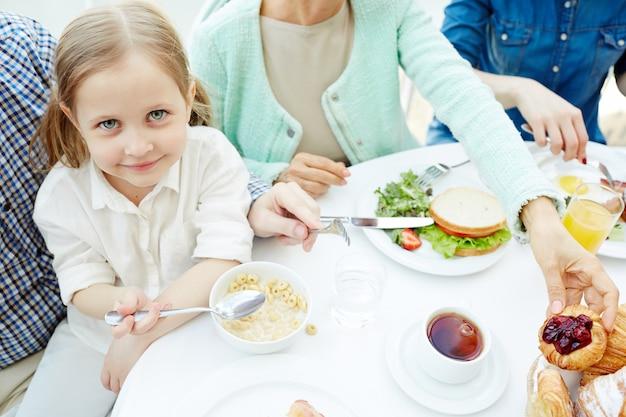 Tomando o café da manhã Foto gratuita