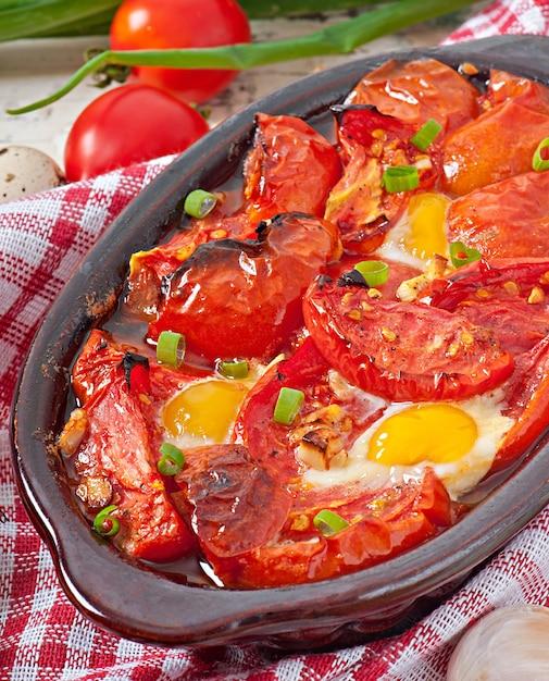 Tomate assado com alho e ovos decorados com cebolinha Foto gratuita