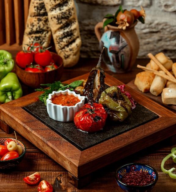 Tomate assado de berinjela e pimenta com molho Foto gratuita
