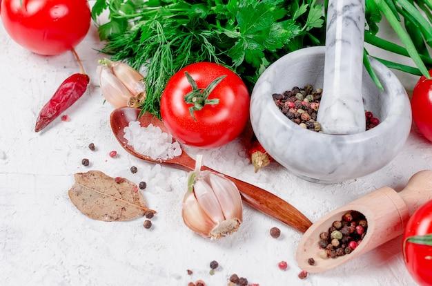 Tomate cereja em um galho, azeite, salsa e especiarias Foto Premium