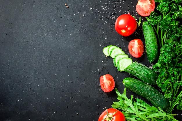 Tomate cereja em um galho, pepino, salsa Foto Premium