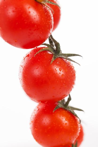 Tomate cereja fresco em um galho Foto gratuita