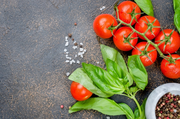 Tomate, manjericão e tempero peper Foto Premium