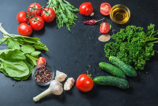 Tomates cereja maduros em um ramo, salsa, alho e especiarias Foto Premium