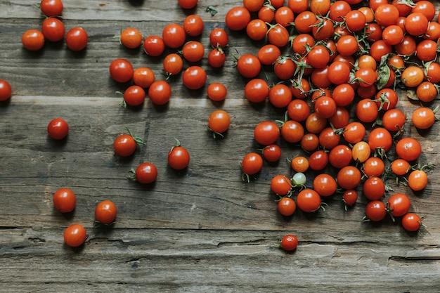 Tomates-cereja vermelhos orgânicos frescos Foto gratuita