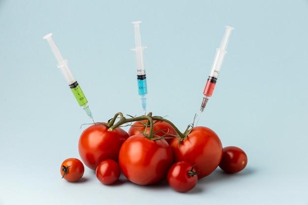 Tomates cheios de seringas Foto gratuita