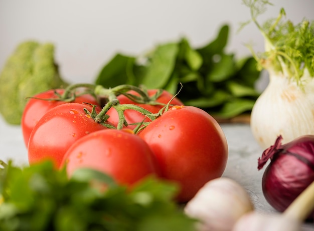 Tomates deliciosos para salada saudável Foto gratuita